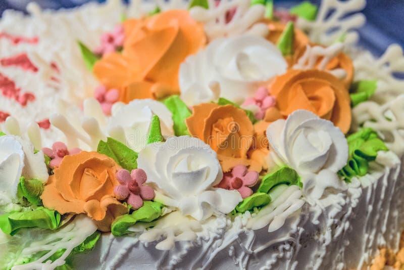 De zoete cake met slagroom bloeit close-up stock afbeelding