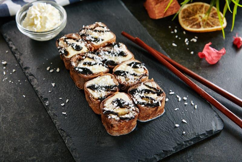 De zoete Chocolade Maki Sushi Pancake Rolls met Vruchten sluit omhoog royalty-vrije stock foto
