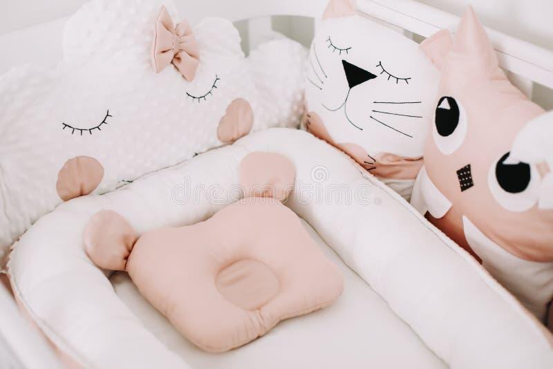 De zoete decoratie van de kinderdagverblijfruimte Het modieuze binnenland van de babyruimte met comfortabele voederbak Slaapkamer royalty-vrije stock foto