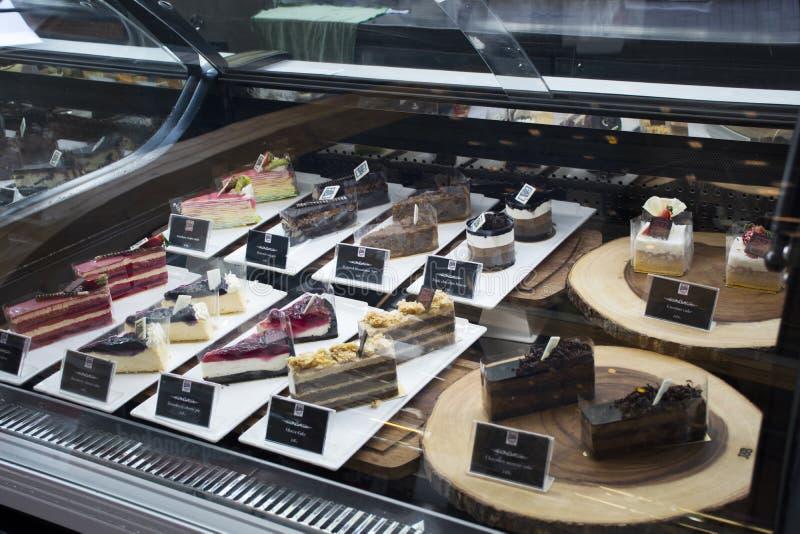 De zoete de dessertsnack en cake voor verkoop in de ijskast van de cakeshowcase voor mensen selecteren en kopen bij Bakkerijwinke royalty-vrije stock afbeeldingen