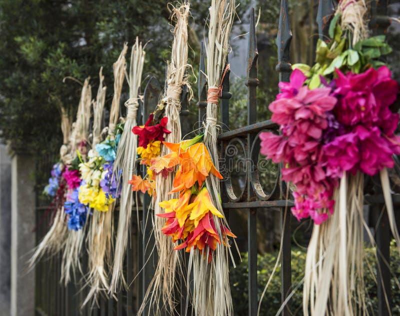 De zoete die graskronen maakten van de resten van sweetgrassmanden door Gullah kunstenaar in Charleston, Sc worden geweven stock foto's