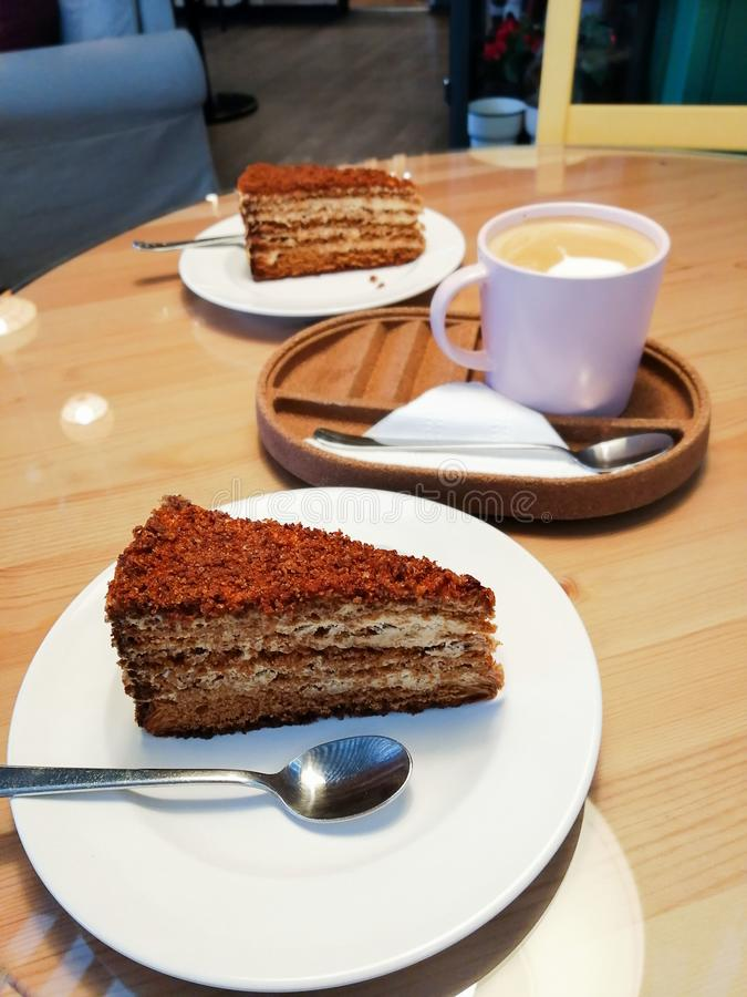 De zoete koffie van de het levenscappuccino met het comfort van het de koffiedessert van de roomcake royalty-vrije stock afbeelding