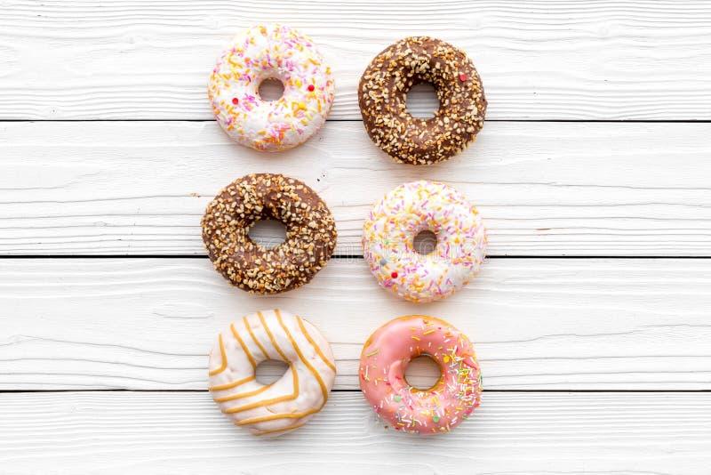 De zoete lunch met verglaasde doughnut op witte vlakte als achtergrond legt model stock foto