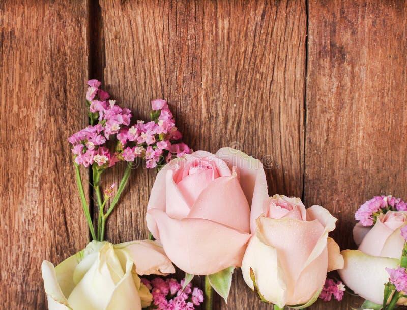 De zoete roze rozen bloeien patronen op houten muurachtergrond stock fotografie