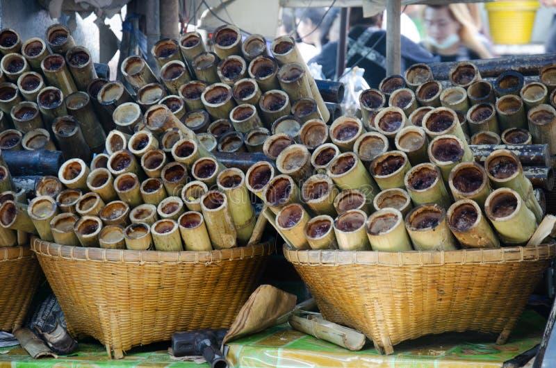 De zoete snack Thaise stijl Khao Lam of de Glutineuze kleverige rijst doorweekte in kokosmelk en roosterde gebakken in bamboe stock afbeeldingen
