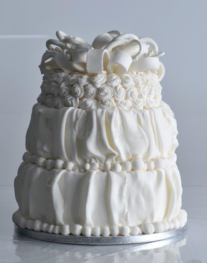 De de zoete vanille van de huwelijkscake en cake van de aardbeiviering royalty-vrije stock afbeelding