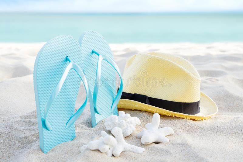 De zomer achtergrondbanner met wipschakelaars De toebehoren van de vakantievakantie op strand Pantoffels, hoed en shell op zand d stock fotografie