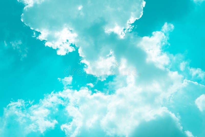 De zomer Bewolkte Blauwe Hemel stock foto's