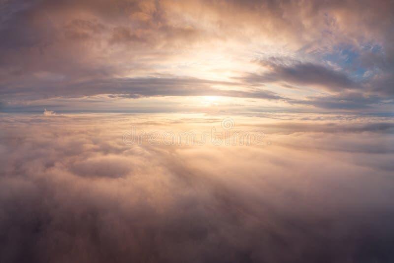 De zomer Cloudscape Zonsopgang over wolken stock afbeelding