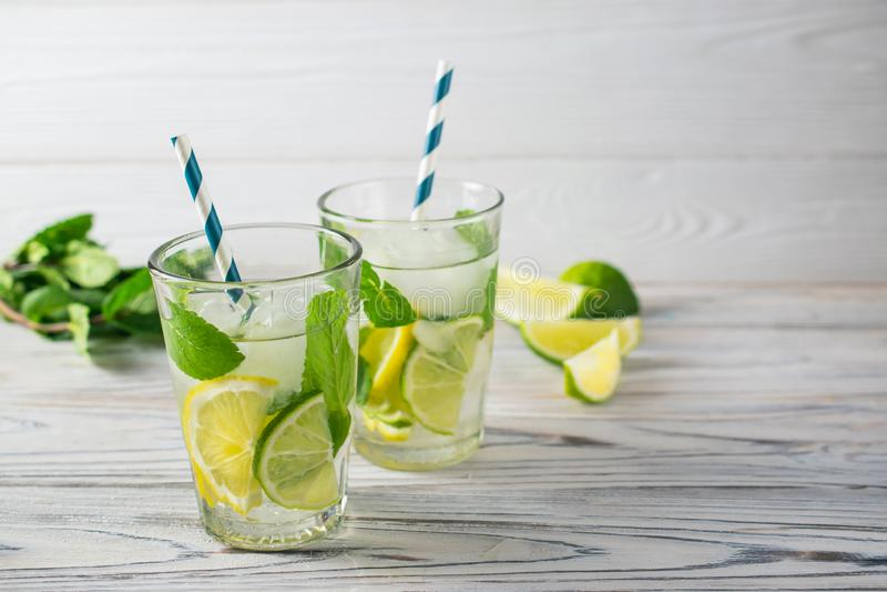 De zomer detox gezond organisch verfrissend water met citroen, kalk en munt royalty-vrije stock afbeelding