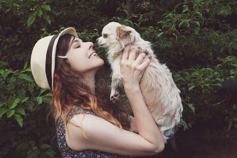 De zomer die met hond lopen stock afbeeldingen