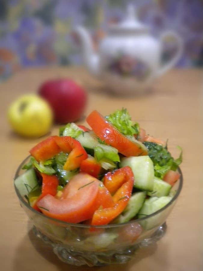 De zomer groene salade in een kristalkom van groenten royalty-vrije stock fotografie