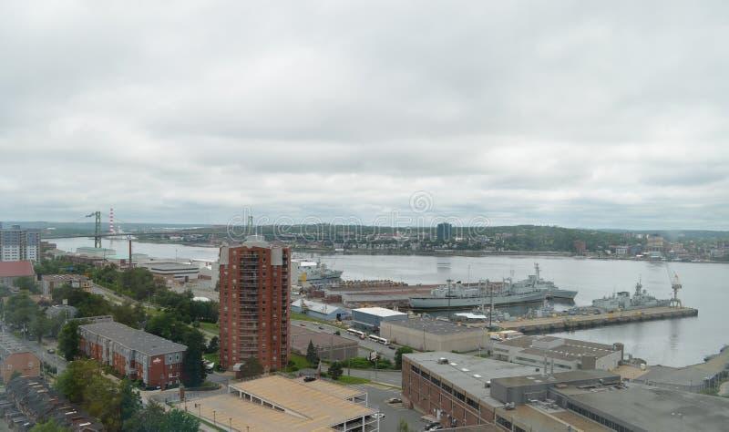 De zomer in Halifax: Het overzien van de Haven en MacDonald Bridge van Halifax royalty-vrije stock afbeelding