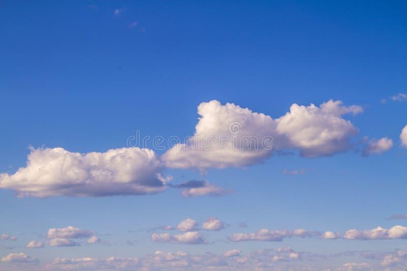 De zomer helder blauw bewolkt landschap in zonnig weer royalty-vrije stock afbeelding