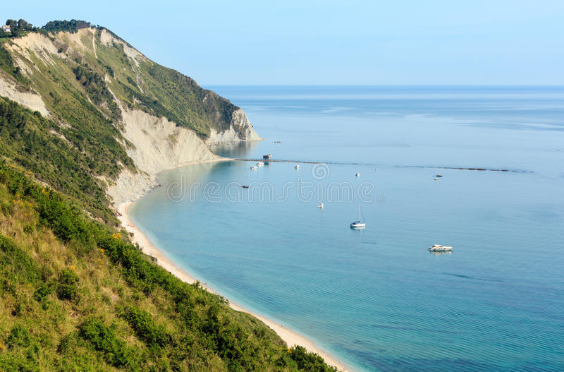 De zomer het Adriatische overzeese strand van Mezzavalle stock fotografie
