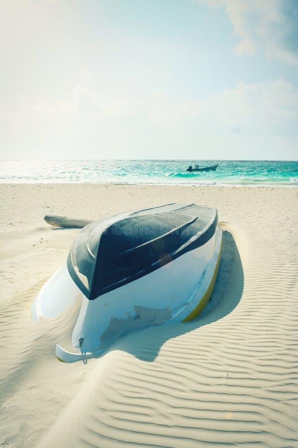 De zomer, houten die boot op het strand is gekapseist Schipbreuk stock fotografie