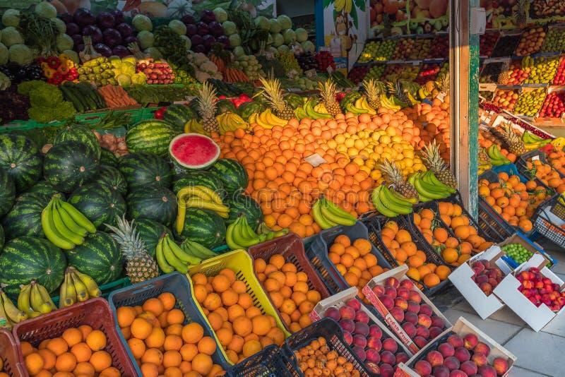 De zomer kleurrijke vruchten op een buurt lokale Griekse markt in Kreta verse organische gezonde de ananasbananen van de fruitwat stock afbeelding