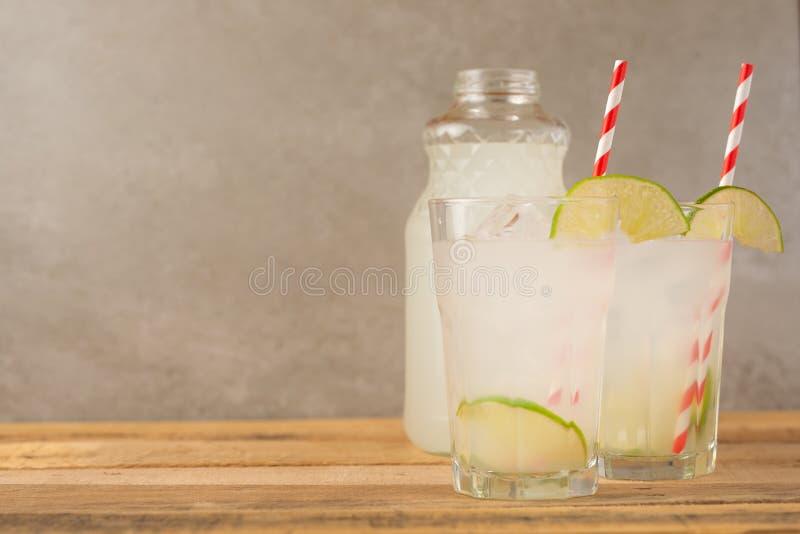 De zomer koele drank, limonade met kalk en ijs, twee glazen met ruimte, de zomerstemming, verfrissende drank, versheid stock foto's