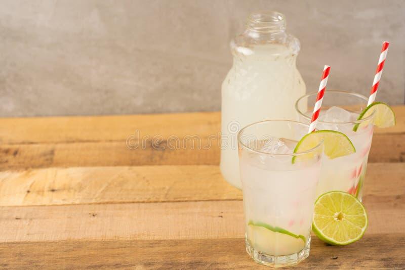 De zomer koele drank, limonade met kalk en ijs, twee glazen met ruimte, de zomerstemming, verfrissende drank, versheid stock foto