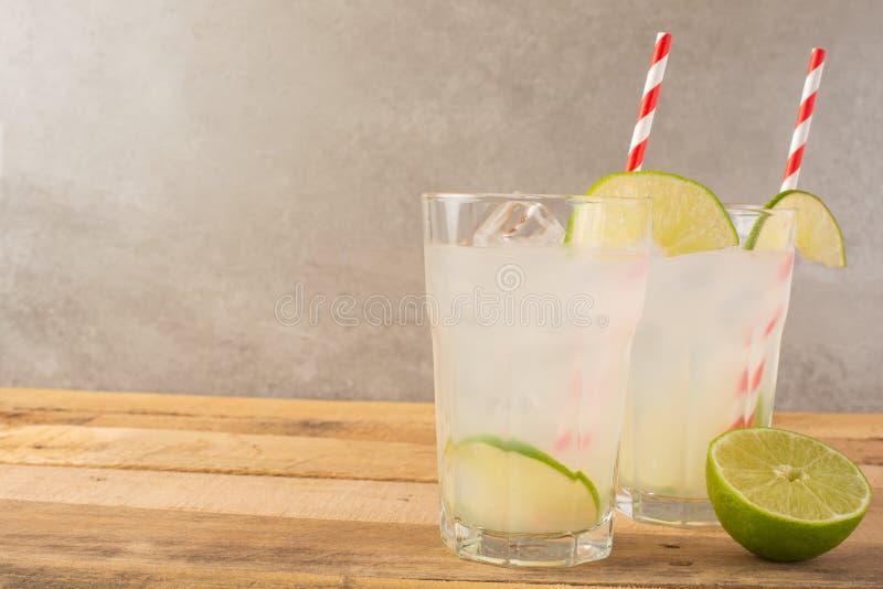 De zomer koele drank, limonade met kalk en ijs, twee glazen met ruimte, de zomerstemming, verfrissende drank, versheid royalty-vrije stock afbeelding