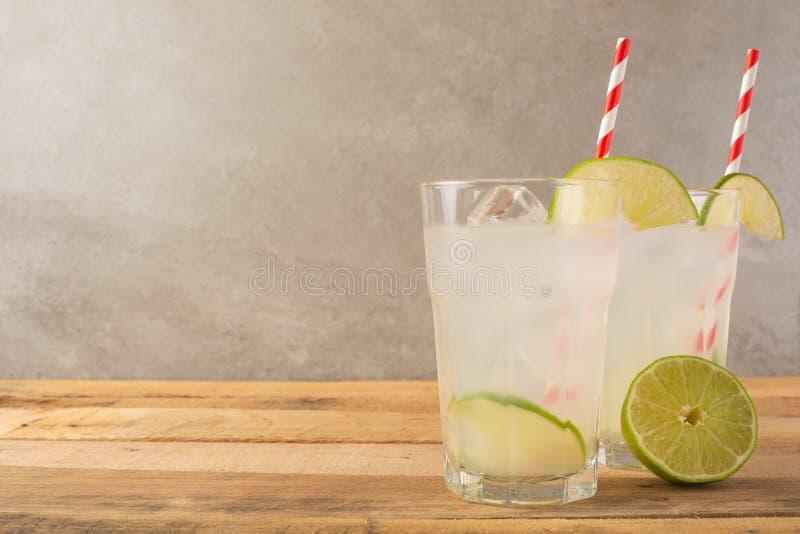 De zomer koele drank, limonade met kalk en ijs, twee glazen met ruimte, de zomerstemming, verfrissende drank, versheid stock afbeeldingen