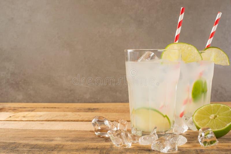 De zomer koele drank, limonade met kalk en ijs, twee glazen met ruimte, de zomerstemming, verfrissende drank, versheid stock fotografie