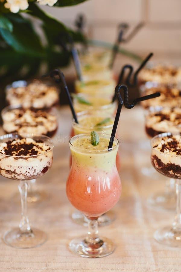 De zomer koude cocktails met een ton Limonadewater Verschillende limonades met ijsblokjes en citroenplakken in de tribune van de  royalty-vrije stock afbeelding