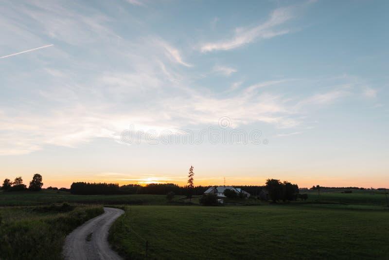De zomer landelijk landschap met een gang aan het huis en een groen gebied royalty-vrije stock foto's