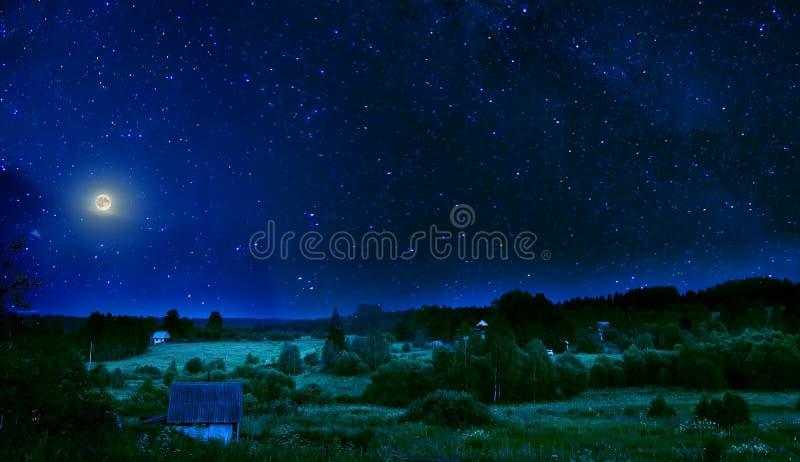 De zomer landelijke nacht met volle maan en flikkerende sterren op hemel royalty-vrije stock foto's