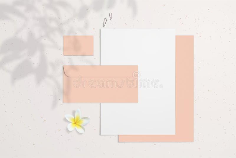De zomer leeg brandmerkend die model met koraaladreskaartjes, enveloppen en blocnotes op lichte achtergrond worden geïsoleerd royalty-vrije stock foto