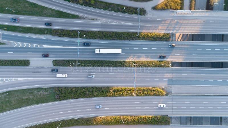 De zomer luchtfoto van vervoerverbinding, mening van de de verbindingsdag van de verkeers de dwarsweg van hierboven met cirkelweg stock afbeelding