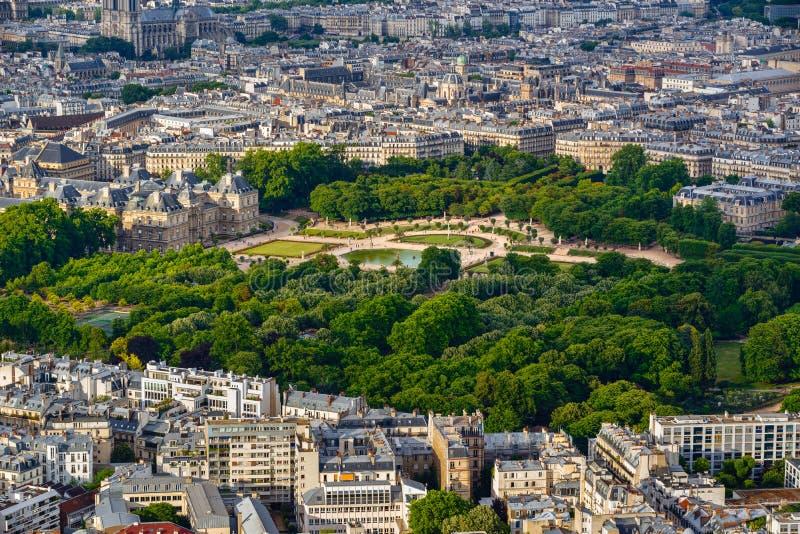 De zomer luchtmening over de de Tuin en daken van Luxemburg in het centrum van Parijs frankrijk royalty-vrije stock foto