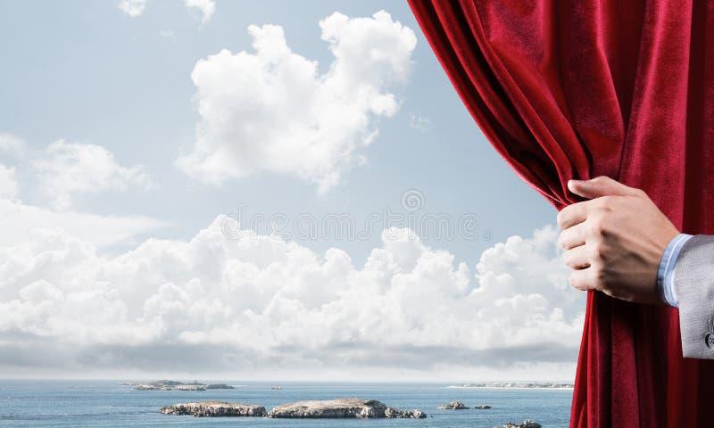 De zomer natuurlijke bluesky mening achter rood fluweelgordijn stock fotografie