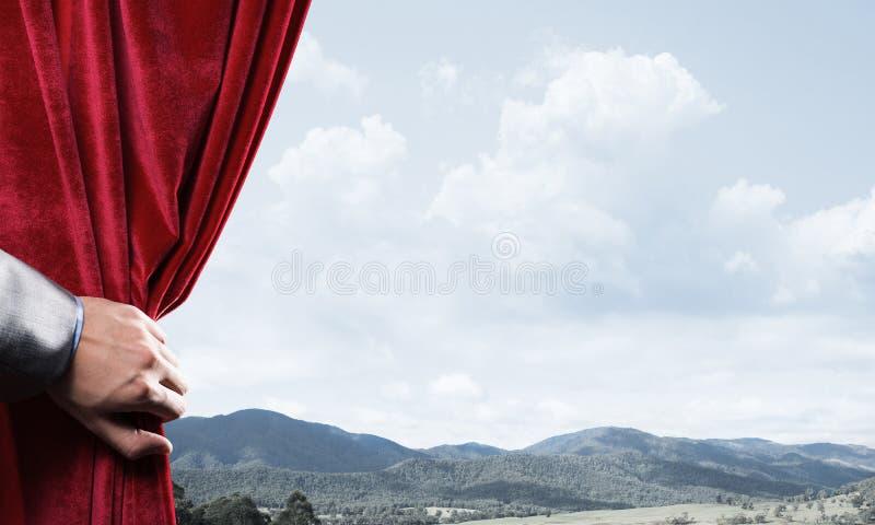 De zomer natuurlijke bluesky mening achter rood fluweelgordijn stock afbeeldingen