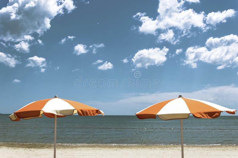 De zomer onder de paraplu stock fotografie