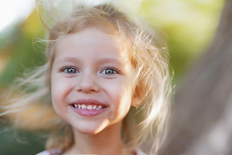 De zomer openluchtportret van mooi gelukkig kind royalty-vrije stock afbeeldingen