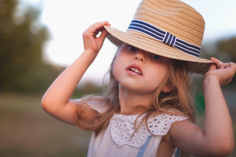 De zomer openluchtportret van mooi gelukkig kind royalty-vrije stock foto