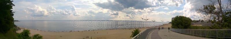 De zomer panoramisch op uiteindestrand royalty-vrije stock afbeeldingen