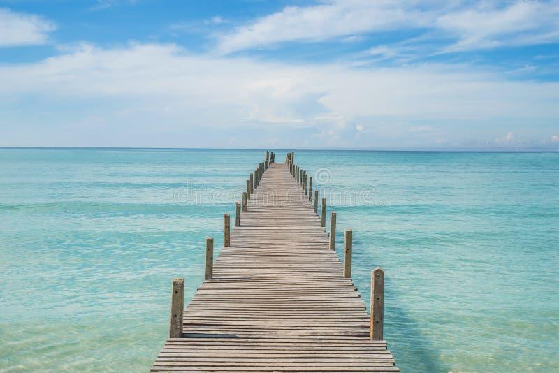 De zomer, Reis, Vakantie en Vakantieconcept - Houten pijler in Ph royalty-vrije stock foto's