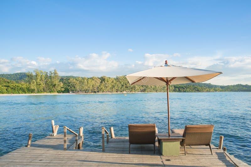 De zomer, Reis, Vakantie en Vakantieconcept - Ligstoelen en royalty-vrije stock afbeeldingen