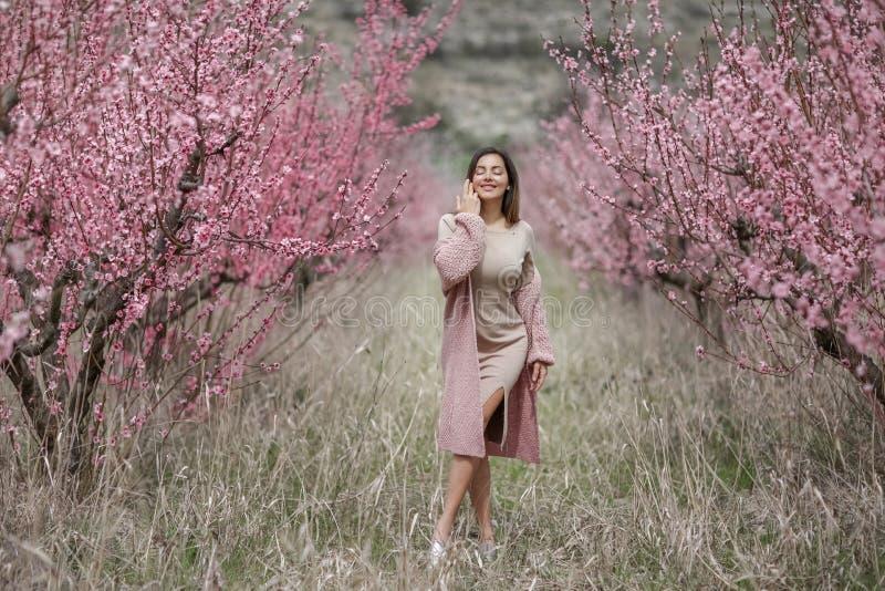 De zomer romantisch beeld van modieuze toevallige vrouw Positieve stemming Het mooie meisje lopen stock afbeelding