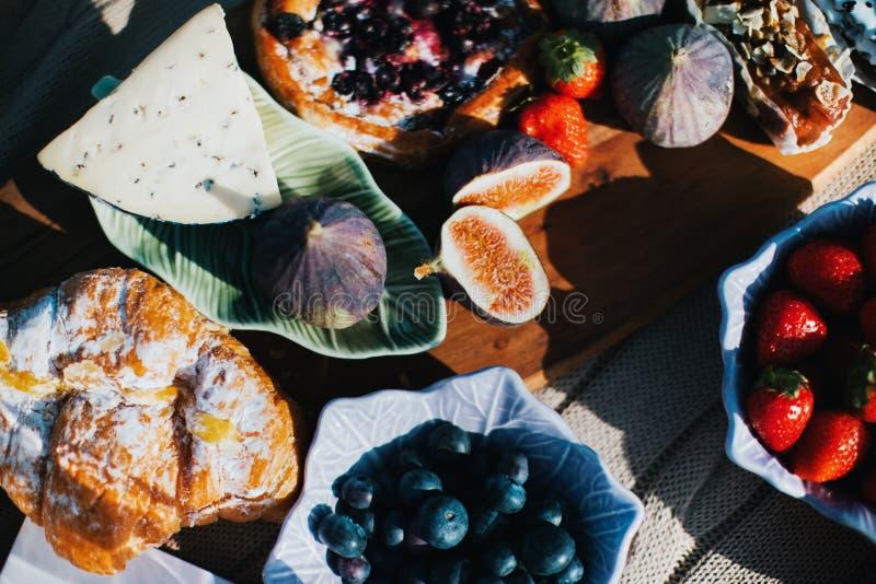 De zomer romantische picknick met fig. en kaas stock afbeelding