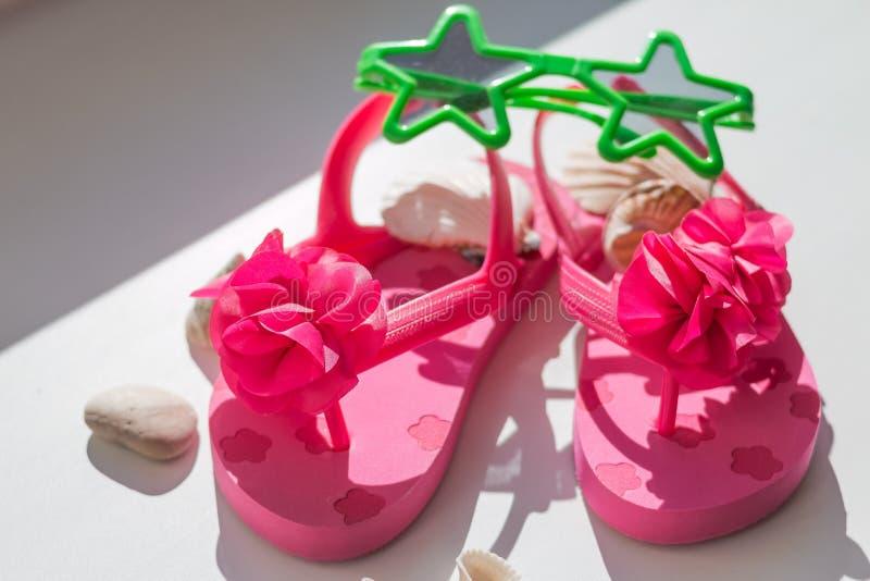 De zomer roze Schoenen voor jonge geitjes, de pantoffels van Kinderen, strandmanier voor baby, Kleurrijk van Sandals-schoenen en  royalty-vrije stock afbeelding