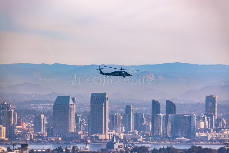 De zomer in San Diego San Diego Skyline die wazige en Militaire Bijlen in de Hemel kijken stock foto