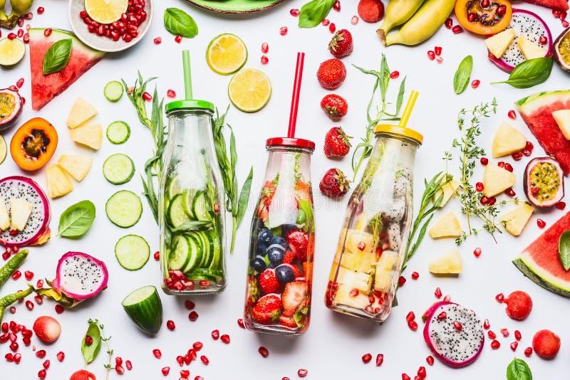 De zomer schone en gezonde levensstijl en geschiktheidsachtergrond met divers gegoten water in flessen, kleurrijke gesneden ingre stock fotografie