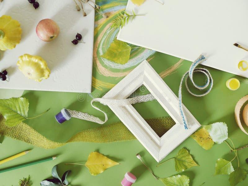 De zomer seizoengebonden samenstelling van vruchten, groenten, bloemen op een witte plaat en een groen gekleurd document stock foto's