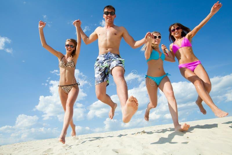 De zomer, Strand Geniet van mensen stock afbeeldingen