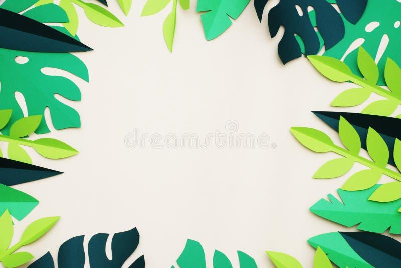 De zomer tropische document besnoeiingsbladeren, kader exotische zomer Ruimte voor tekst Mooie donkergroene wildernis bloemenacht stock afbeeldingen
