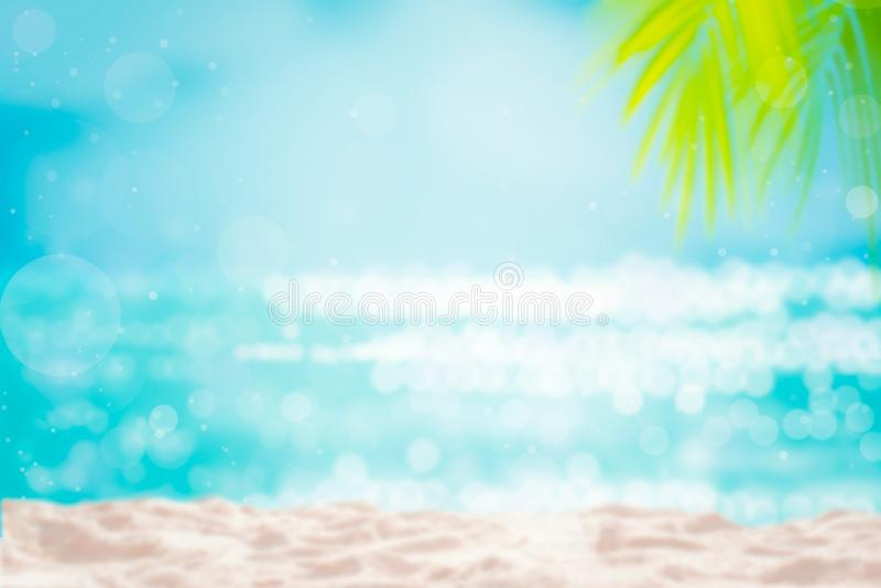 De zomer tropische palmbladen als achtergrond op aard gele achtergrond stock afbeelding