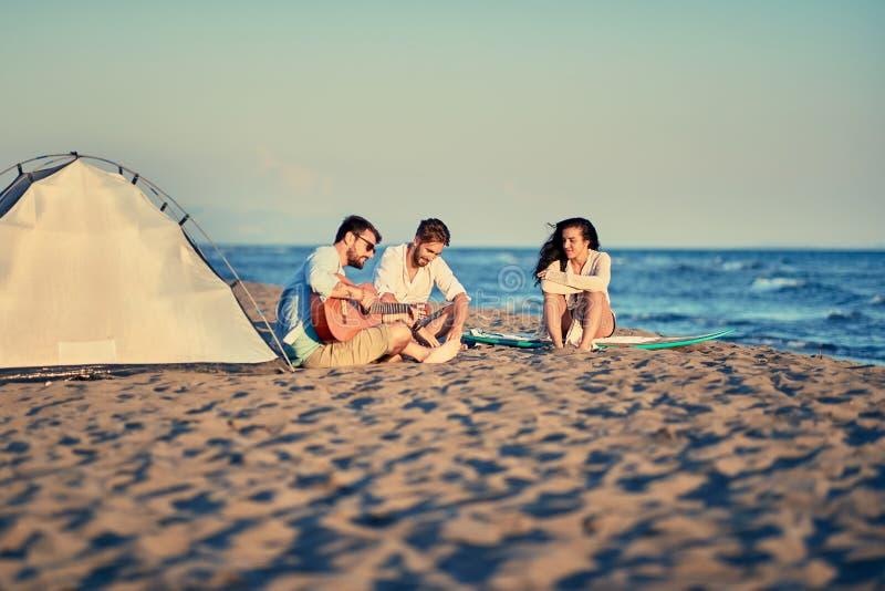 De zomer, vakantie, vakantie, gelukkig mensenconcept - vriendenrelaxi royalty-vrije stock foto's